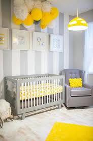 kinderzimmer grau wei weiße hauptfarbe gelber kronleucher und gemälde im babyzimmer