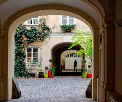 hidden spots around vienna pawlatschen courtyards beating the