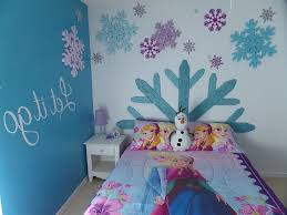 Decorating Ideas For Girls Bedroom by Best 25 Frozen Room Decor Ideas On Pinterest Frozen Girls Room
