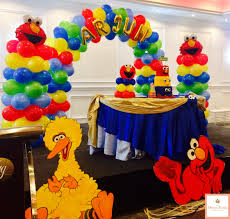 elmo decorations sesame conquered the world in this decoration a cake table
