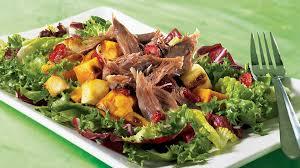cuisiner cuisse de canard confite salade aux légumes grillés et au canard confit recettes iga