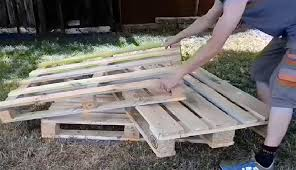 fabriquer canapé il fabrique un canapé pour jardin avec 3 palettes de bois
