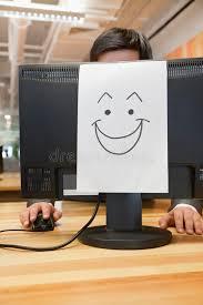 smiley bureau smiley sur l ordinateur dans le bureau photo stock image