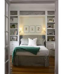 wohnideen small bedrooms kleine schlafzimmer größer aussehen bett traditionell regale