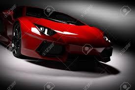 voiture de sport lamborghini voiture de sport rouge rapide sous les projecteurs fond noir