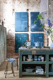 dans un loft industriel une cuisine plutôt campagnarde placée