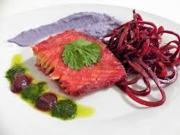 comment cuisiner la betterave crue saumon mariné à la betterave purée de vitelottes et salade de