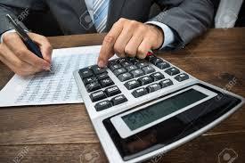 calculatrice graphique bureau en gros gros plan de homme affaires faire calcul à calculatrice dans