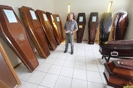 Excepcional Serviços relacionados ao sepultamento e cremação têm custo  &HZ66