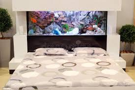 chambre aquarium chambre à coucher avec l aquarium photo stock image du meubles