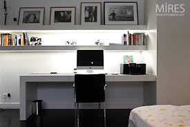 bureau dans une chambre chambre bureau en noir et blanc c0750 mires