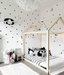 chambre bébé noir et blanc chambre bébé chambre montessori style scandinave couleur mur blanc