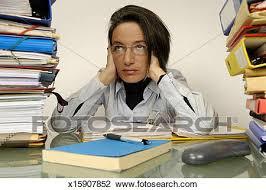 employé de bureau banque de photo mûrir employé bureau s asseoir bureau à tas