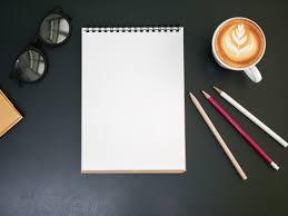 sur le bureau bloc note blanc sur le bureau avec une tasse à café vue de dessus