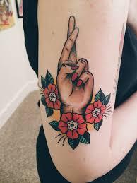 tattoo old school mani tatuaggi tradizionali una mano femminile che incrocia le dita e tre
