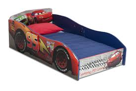 amazon com disney pixar cars lightning mcqueen toddler sheet set delta children wood toddler bed disney pixar cars