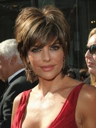 what is the texture of rinnas hair the main feature of lisa rinna s short hair is the staggered