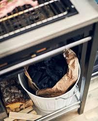 puppenk che ikea bûches et charbon de bois pour le barbecue rangés sur la tablette