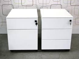 casier pour bureau cassettiera metal casier de bureau en métal sur roulettes avec
