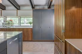 cuisine avec porte coulissante porte coulissante pour cuisine des placards de cuisine pratiques