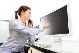 x au bureau femme au bureau parlant au téléphone dirigeant le moniteur image
