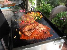 cuisiner à la plancha gaz tranche de jambon à la sauce tomate olives avec des légumes de