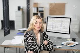 femme de bureau femme d affaires souriant sympathique assis à bureau