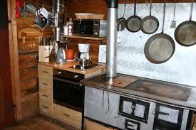 holzherd küche küche mit holzherd elektroherd backrohr und mikrowelle