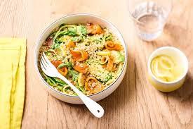 comment cuisiner le quinoa recettes recette de salade fraîcheur de quinoa aux ères de truite fumée