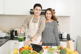 faisant l amour dans la cuisine couples asiatiques heureux dans l amour dans la cuisine faisant le