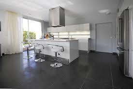 cuisine ilot central cuisson l ilot central équipé de plaques de cuisson fait aussi office de bar