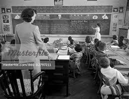 bureau photographe fille des ées 1950 à l avant de la salle de classe à l aide de