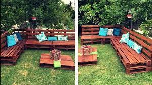 canapé de jardin en palette comment faire un salon de jardin sur roulettes avec des palettes en