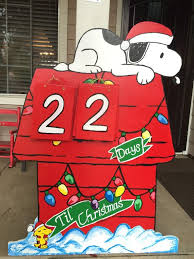 brown christmas snoopy dog house best 25 snoopy house ideas on decoraciones navideñas