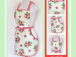 tablier de cuisine original tablier de cuisine printanier fraises et pois verts par du 12