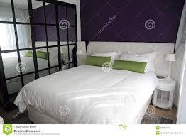 chambre avec miroir chambre à coucher avec le grand miroir duble de lit et de mur image