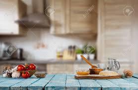 faire r馘uire en cuisine faire cuire des ingrédients placés sur une table en bois prêts à