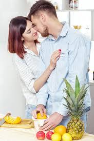 couples amour cuisine couples heureux dans l amour dans la cuisine faisant le jus sain à
