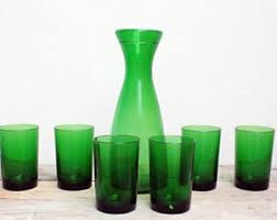 bicchieri verdi bottiglia di vino impagliata design rustico fiasco di vino