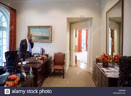 bureau president americain president obama alone standing photos president obama alone
