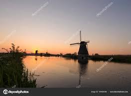 unesco si e mulini a vento olandesi patrimonio unesco davanti al canale e sole a