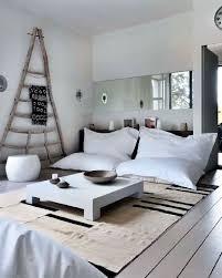 gros canapé déco d un salon blanc avec gros poufs pour canapé