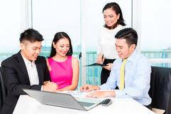 le bureau banquier banquier asiatique conseillant l homme dans le bureau image stock