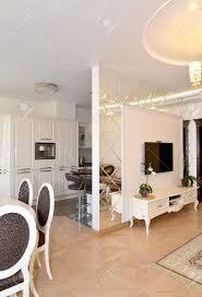 miroir cuisine vue d un salon et la cuisine séparées par une cloison de mur de