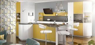 lot de cuisine en jaune blanc et noir peinture grise et papier