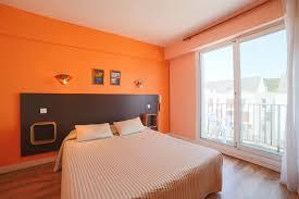 hotel avec dans la chambre dans le sud chambre côté rue avec balcon et mobilier chambres d hôtel