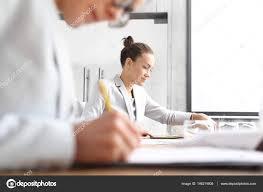 femme de bureau travail de bureau documents de femmes sans abonnement