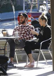 Miley Table L Miley Cyrus And Fiance Liam Hemsworth Grab Coffee And Stock Up On