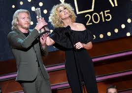 kimberly schlapman little big town u0027s cmt artists of the year award dedicated to jimi