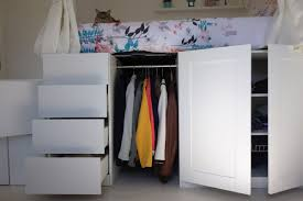 fabriquer tiroir sous lit diy un lit dressing gain de place avec des rangements de fille